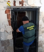 Un agente de la Guardia Civil en plena operación