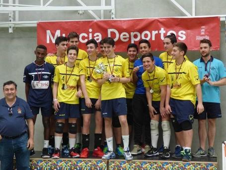 Los subcampeones regionales en el podio con el trofeo conseguido