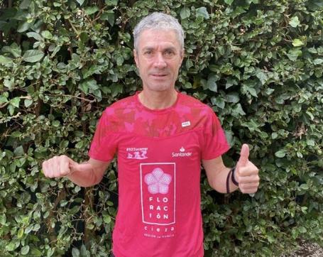 Martín Fiz con la camiseta de la Cieza10K